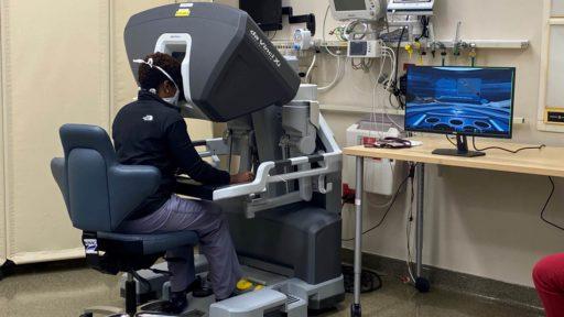 a resident trains on a da Vinci robotic system